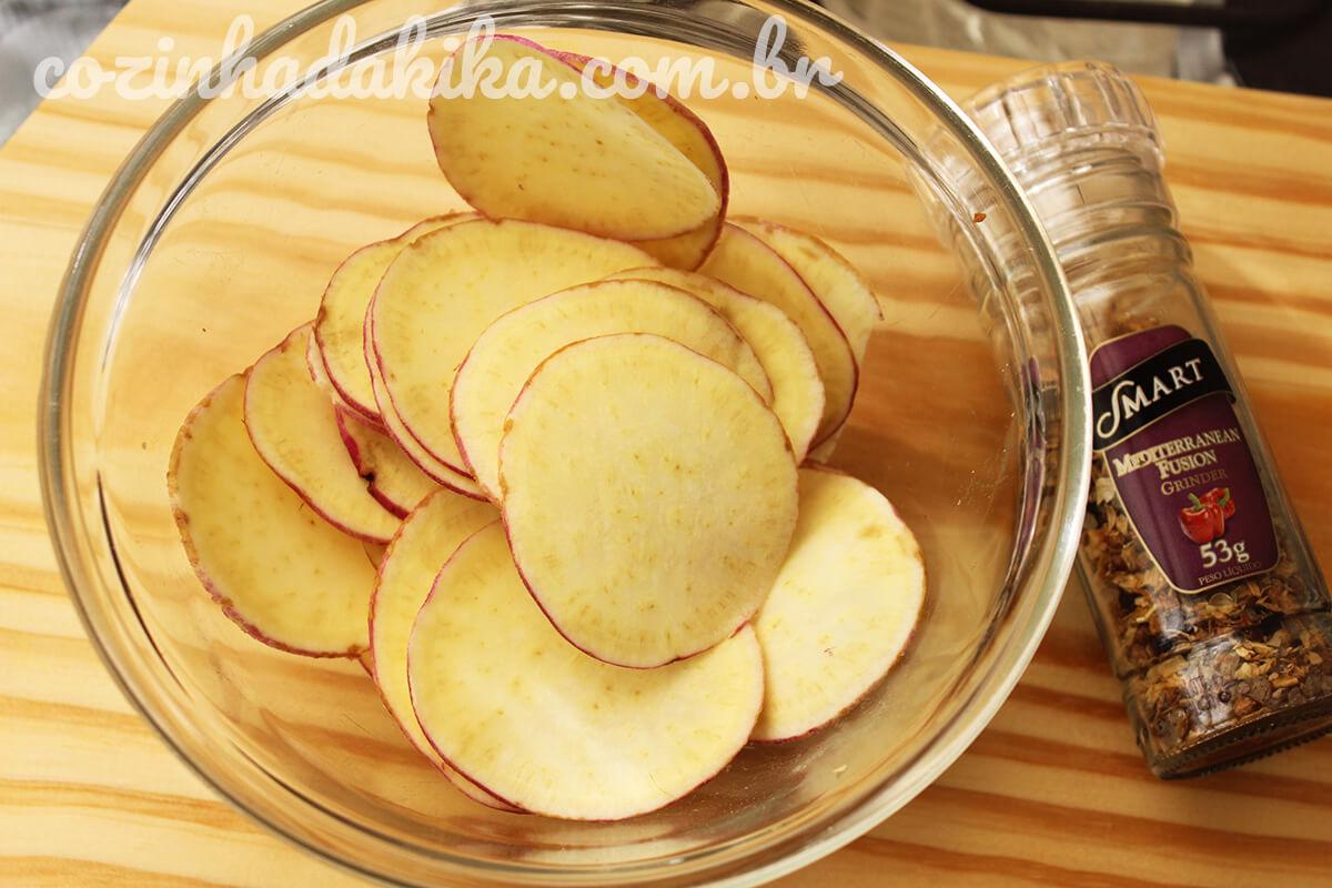 Como fazer batatas chips no microondas sem óleo